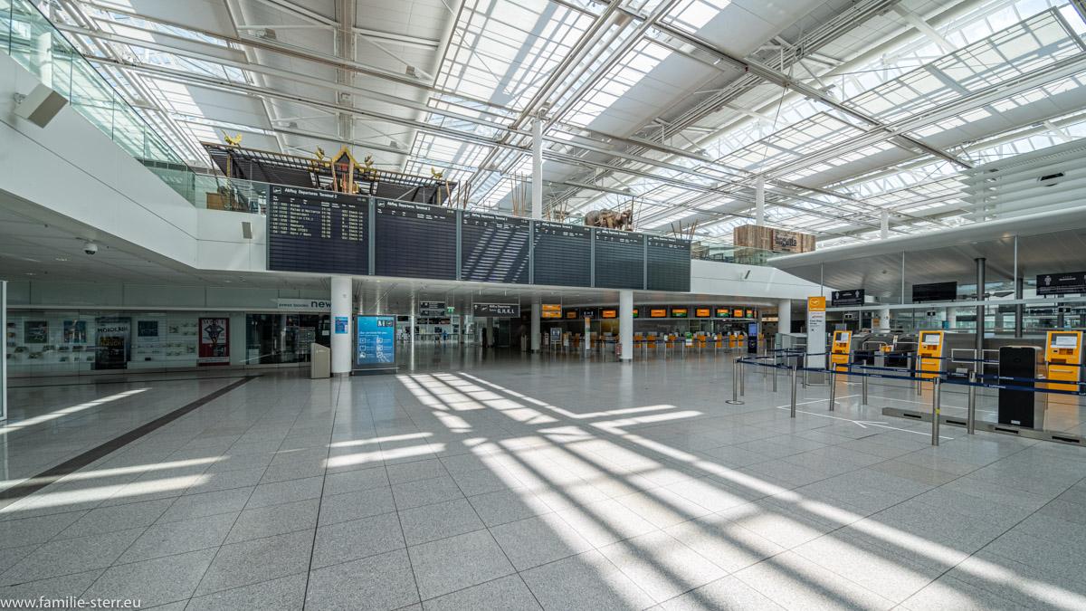 fast leere Abflugtafeln im Terminal 2 des Flughafens München