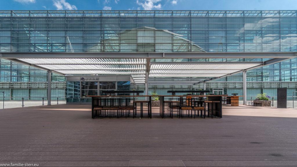 geschlossene Sportalm vor dem Terminal 2 auf der Abflugebene