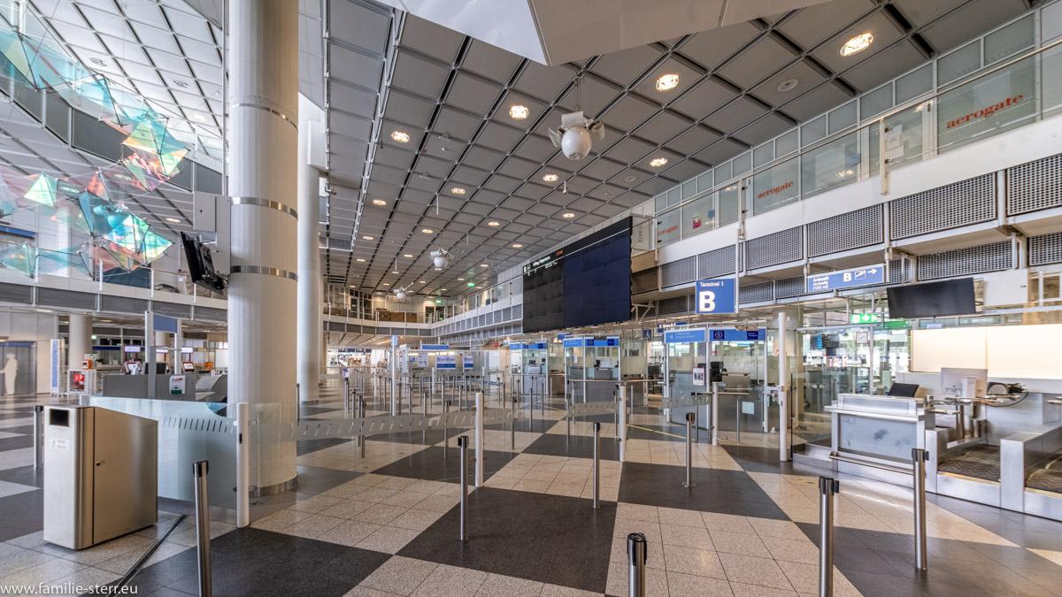 menschenleerer Abflugbereich im Terminal 1 - Bereich B am 28. Flughafenjubiläum,