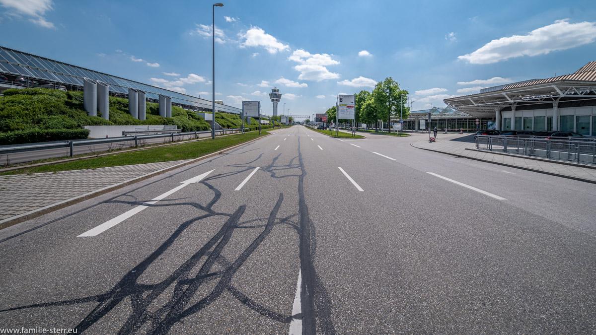 leere Zufahrtsstraße zum Terminal 1 am Flughafen München