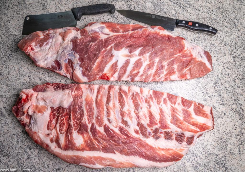 2 Reihen Spareribs mit viel Fleisch liegen Berit zur Zubereitung auf der Arbeitsplatte