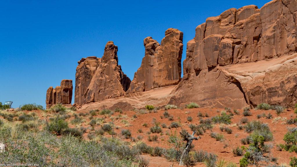 """eine Reihe von roten Felsspitzen bilden die """"Park Avenue"""" im Arches National Park in Utah"""