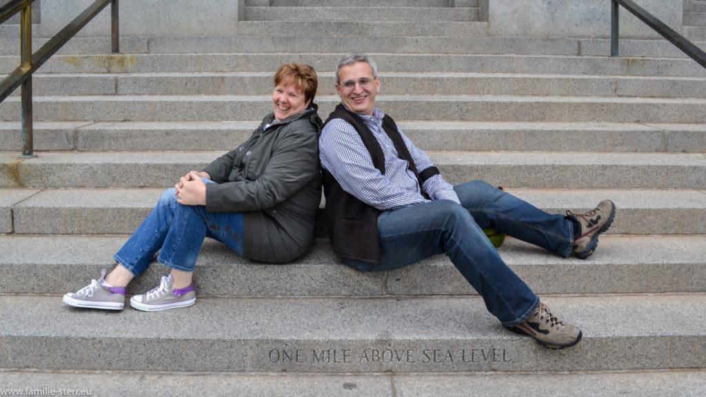 Astrid und Thomas auf den Stufen zum Capitol von Denver, der Mile High City