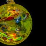 eine gelb-bunte mundgeblasene Glaskugel von Joska Glaskunst aus Bodenmais