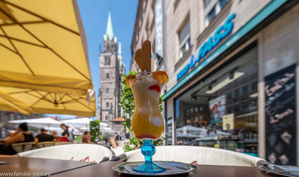 Eisbecher in der Fußgängerzone in Nürnberg vor der St. Lorenz - Kirche