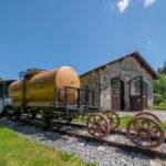 Waggons und ein Signal vor dem Lokschuppen am Lokalbahnmuseum in Bayerisch Eisenstein im Bayerischen Wald