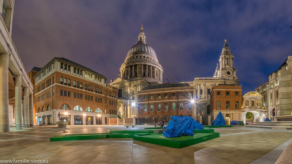 Paternoster Square bei Nacht mit der beleuchteten Kuppel der St. Paul's Cathedral im Hintergrund