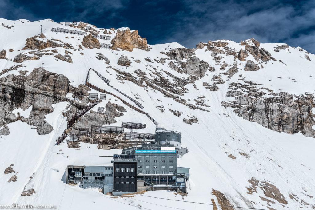 Umweltforschungsstation Schneefernerhaus unter dem Zugspitzgipfel im Schnee
