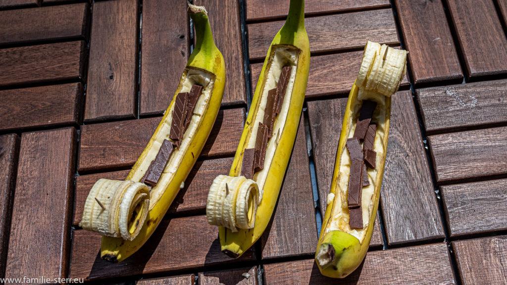 mit Schokolade gefüllte Banane vor dem Weg auf den Gasgrill