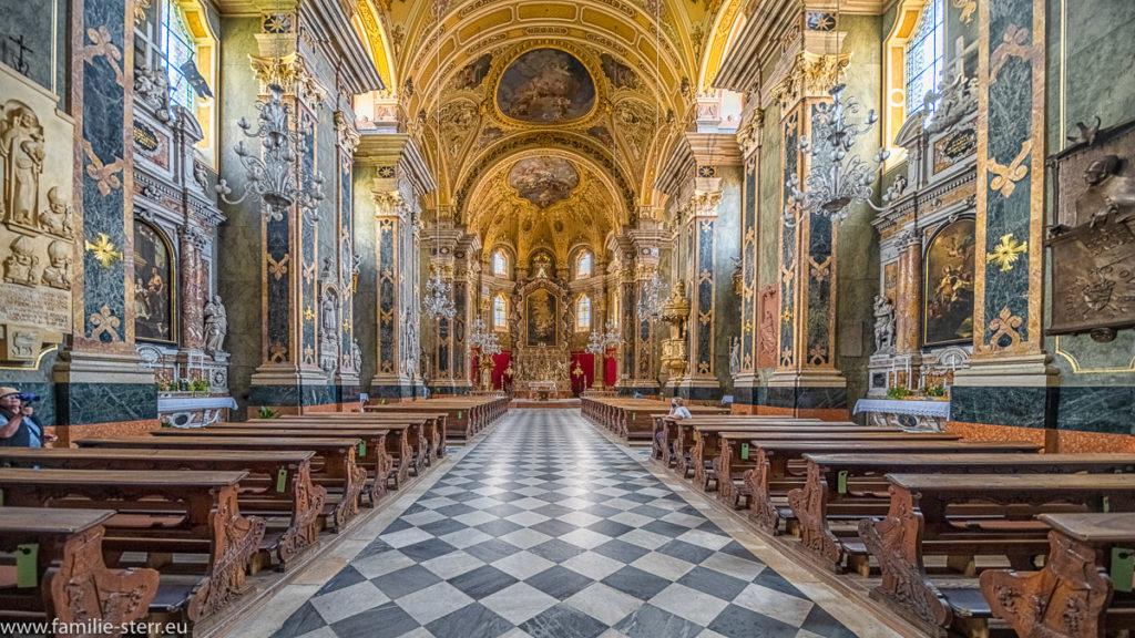 Blick entlang des Hauptschiffs im Brixner Dom auf den Altarraum und den Hochaltar