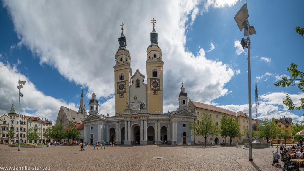 Blick auf die Fassade und den Doppelturm des Brixner Doms
