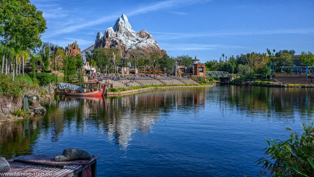 """strahlend blauer Himmel über der Achterbahn """"Expedition Everest"""" im Animal Kingdom, Disney World, Florida"""