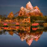 """Blick auf die Achterbahn """"Expedition Everest"""" im Animal Kingdom zur blauen Stunde"""