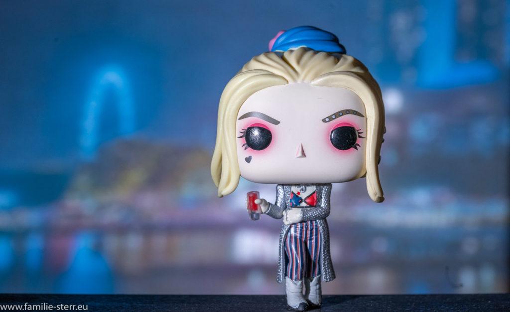 Harley Quinn als Funko-Pop-Figur vor dem Marina May Sands Hotel an der Marina Bay in Singapur
