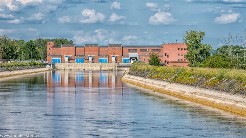 Flusskraftwerk Uppenborn 1 am Mittleren Isar Kanal unter weiß - blauem Himmel