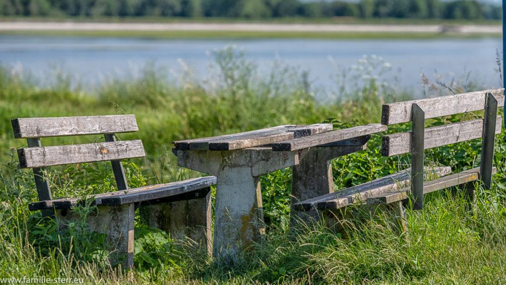 verwitterte Bänke und ein Tisch am Stausee Moosburg ( Vogelfreistätte Mittlere Isarstauseen
