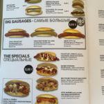 Speisekarte aus Barcelona mit einer großen Auswahl vermeintlich deutscher Bratwurst - Gerichte