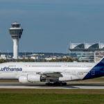 Airbus A380 D-AIMD auf der südlichen Startbahn am Flughafen München mit dem Tower im Hintergrund