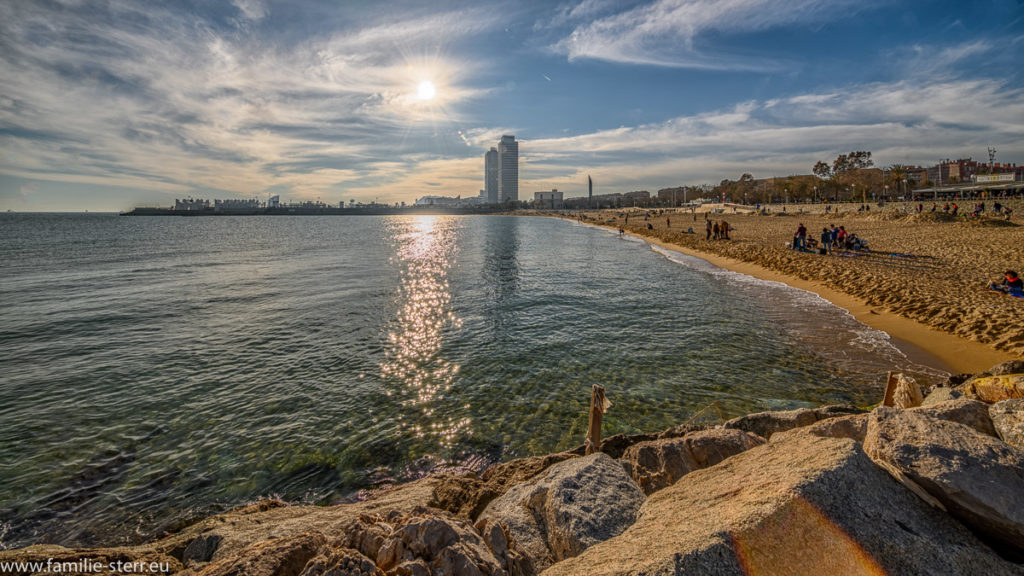 Strand in Barcelona mit Blick auf das W - Hotel unter der strahlenden Sonne