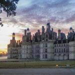 Sonnenaufgang und Morgenneben am Schloss Chambord