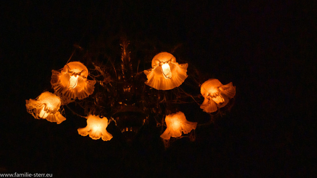 düstere Lampe mit vielen Spinnweben in der Haunted Mansion, Disney World, Florida