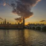 Sonnenuntergang über dem Parlamentsgebäude und Big Ben in London