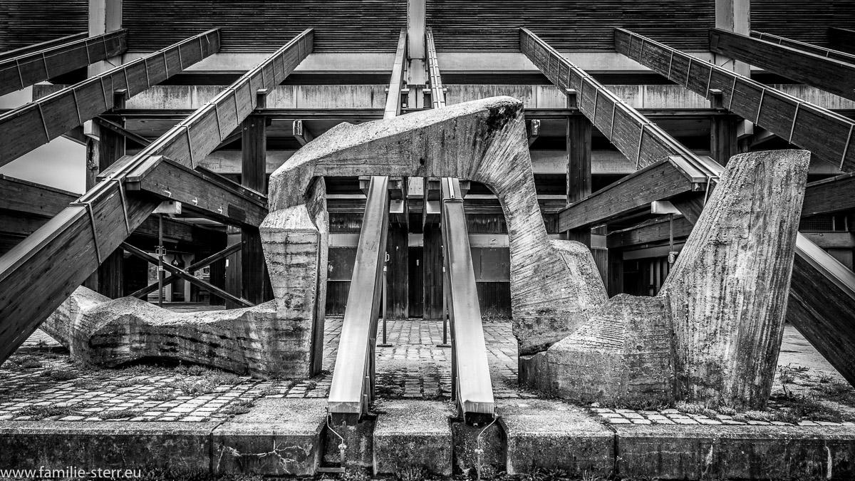 Betonkunstwerk hinter der Tribüne an der Olympia - Regattaanlage in Oberschleißheim