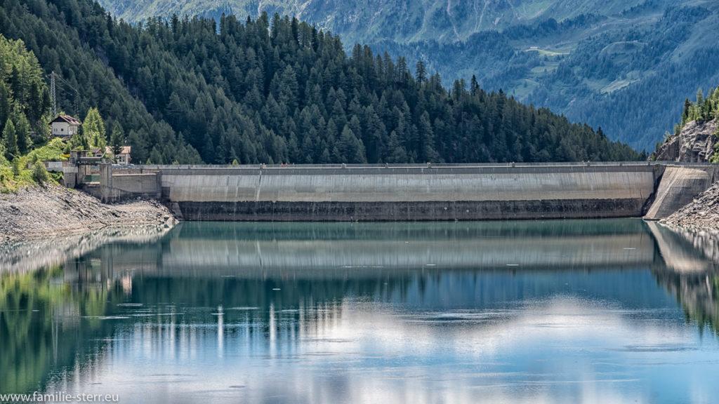 Sicht über den Neves - Stausee zum Staudamm am Ende des Sees