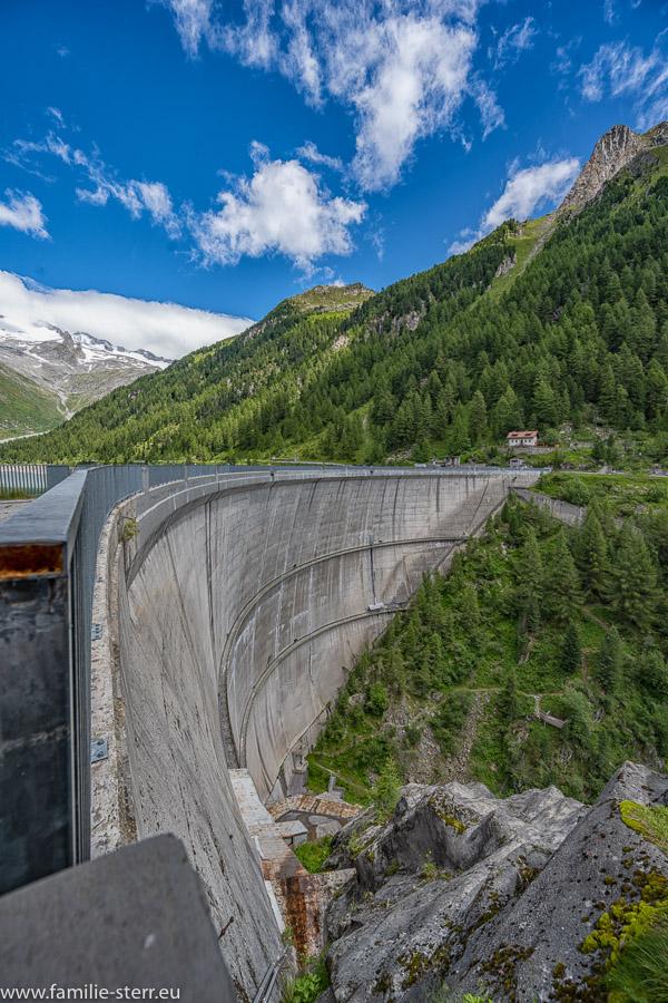 Blick von Westen über den Neves - Staudamm bei Lappach im Mühltal in Südtirol
