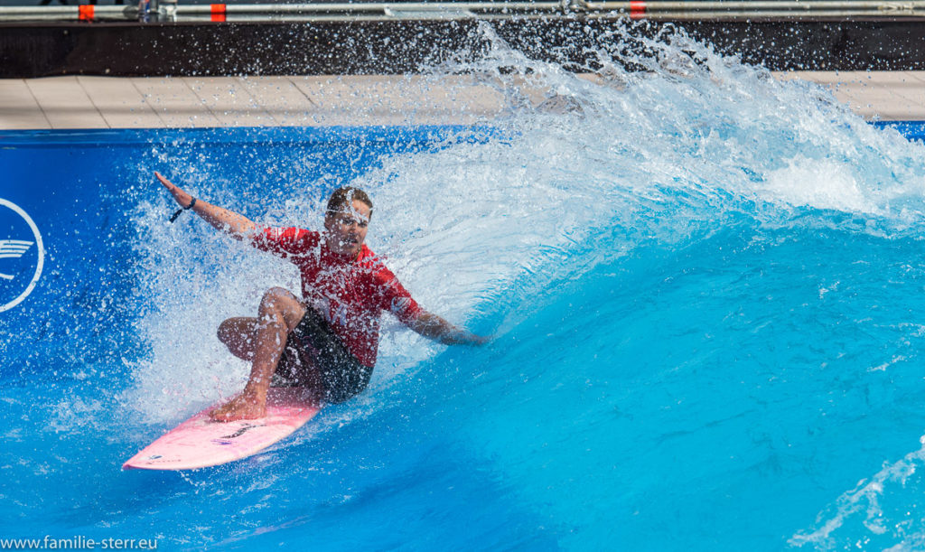 Surferin auf dem Board in der stehende Welle beim Surf and Style im Munich Airport Center