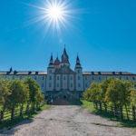 Wallfahrtskirche Maria Weißenstein unter strahlender Sonne am Ende des Wanderwegs