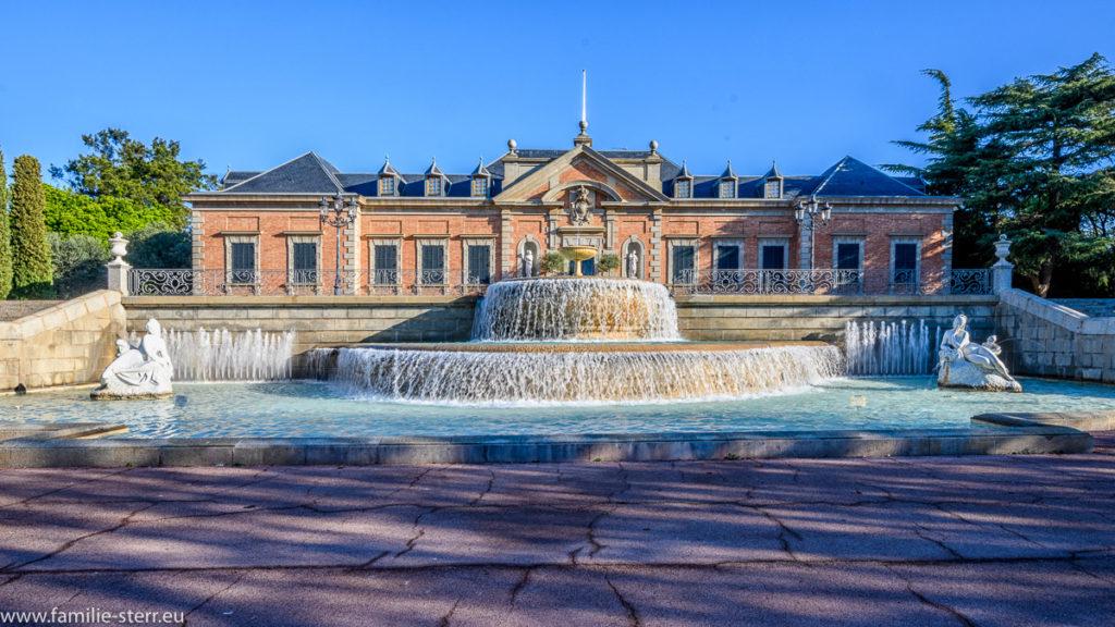 Brunnen vor der Gartenseite des Palauet Albeniz in Barcelona