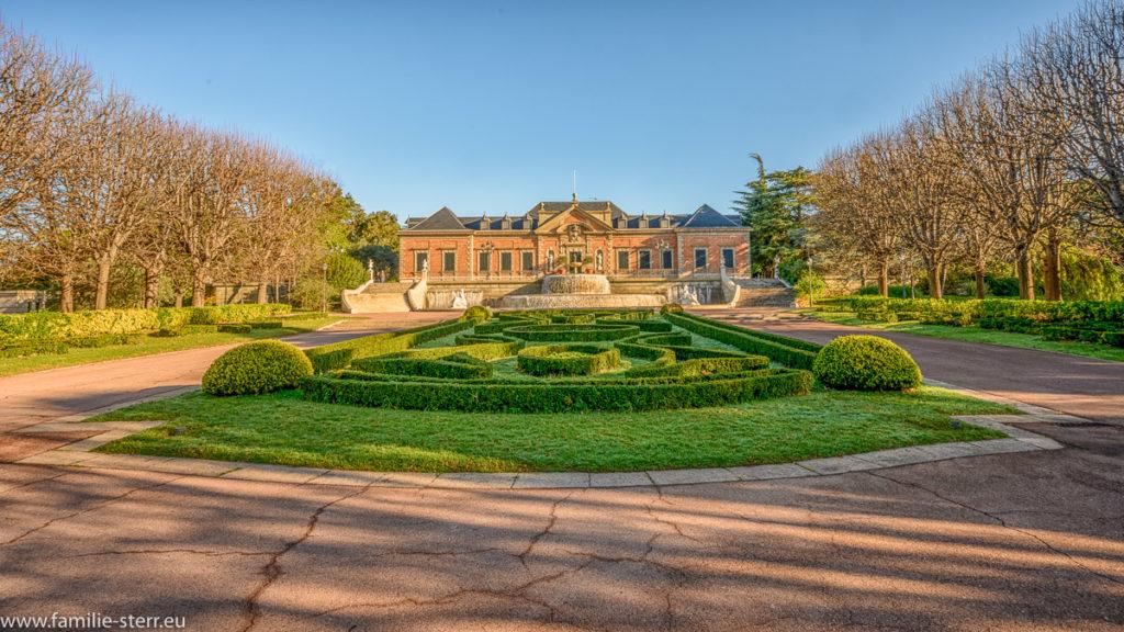 Blick über den Joan Maragall . Garten auf den Albeniz - Palast