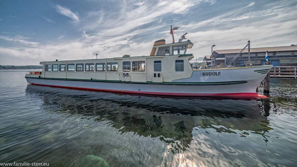 die MS Rudolf der Chiemsee - Schifffahrt im Hafen von Prien Stock