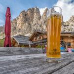 Weißbier auf der Jimmi - Hütte am Fuße der Cir-Spitzen in Südtirol