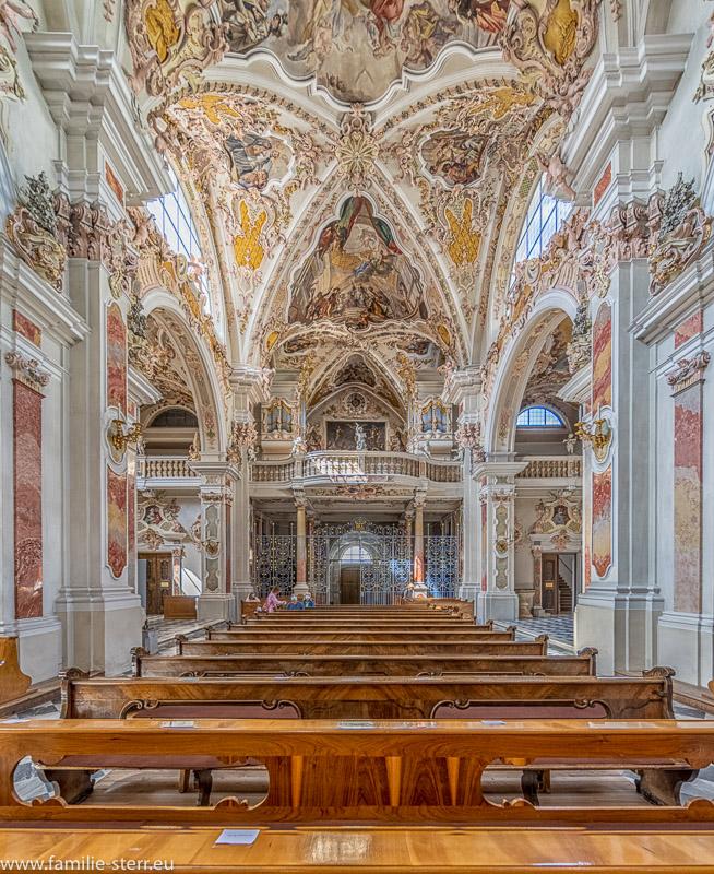 Blick durch das Hauptschiff der Stiftskirche Kloster Neustift auf das Hauptportal, die Empore und die Orgel