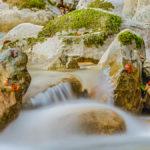 Steine und bunte Blätter im Auerbach bei Bayrischzell