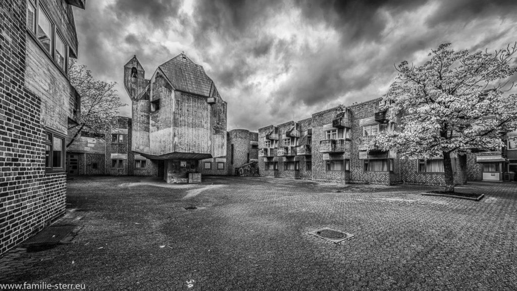 Hof des ehemaligen Altenzentrums St. Hildegard in Form eines Burghofs in Düsseldorf - Garath Südwest in schwarz weiß