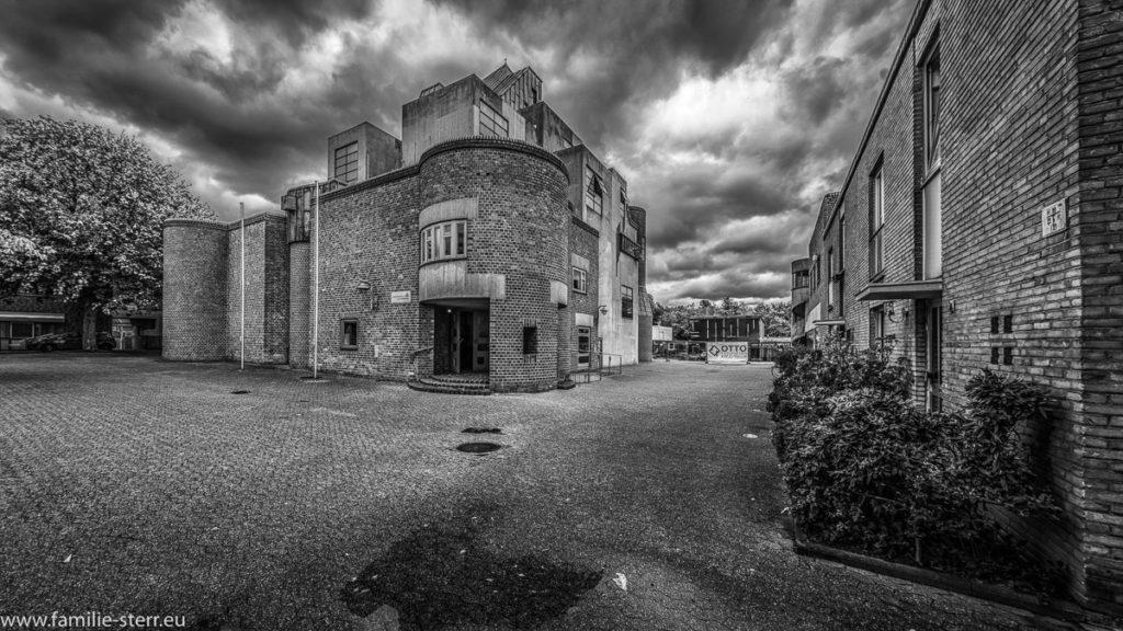 dunkle Wolken über der modernen Matthäus - Kirche in Garath - Südwest in Düsseldorf