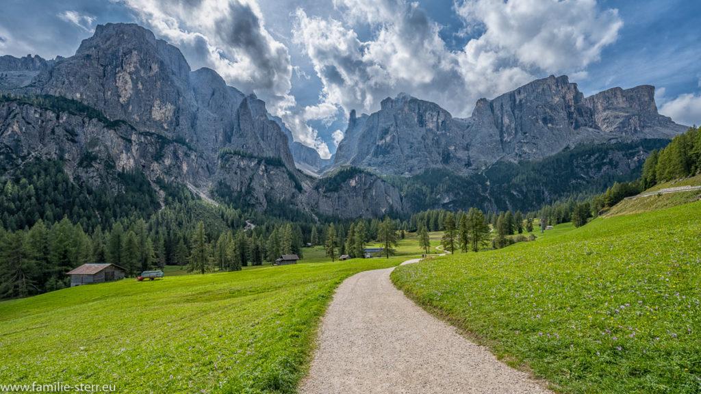Spazierweg in Alta Badia am Fuß der Bella - Gruppe