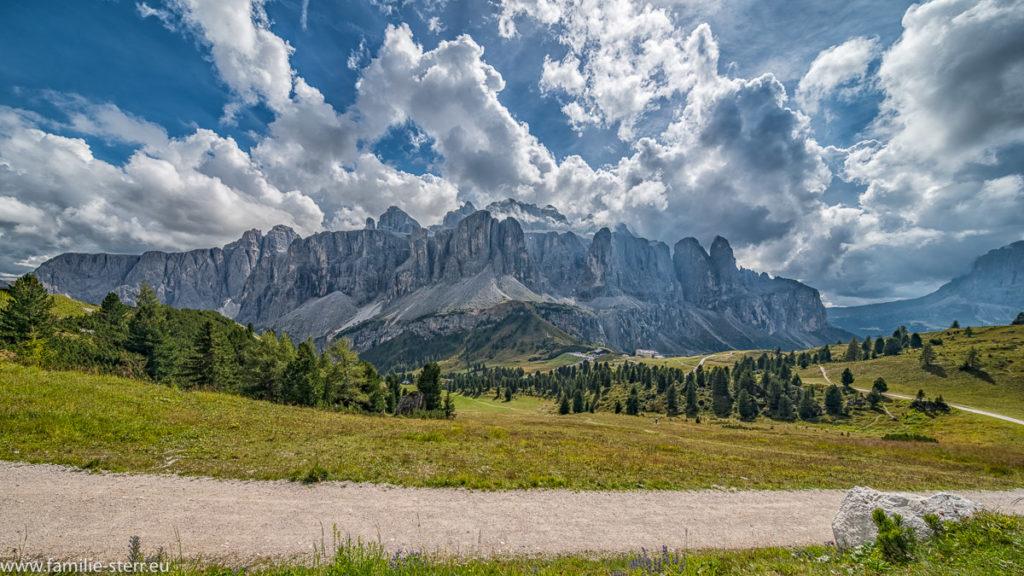 Die Sella - Gruppe in Südtirol vom Wanderweg an de Cir - Spitzen aus gesehen