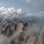 Wolken und Nebel ziehen über die Punta Penia im Marmolada - Massiv in den Dolomiten