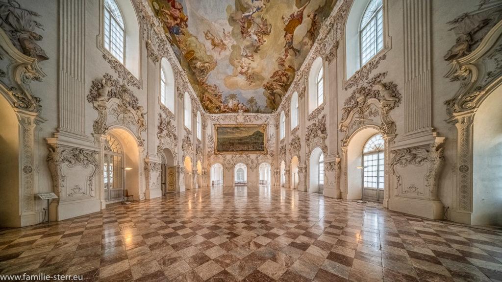 Der Große Saal im Schloss Schleissheim bei München mit Blick in Richtung Treppenhaus aus Marmor