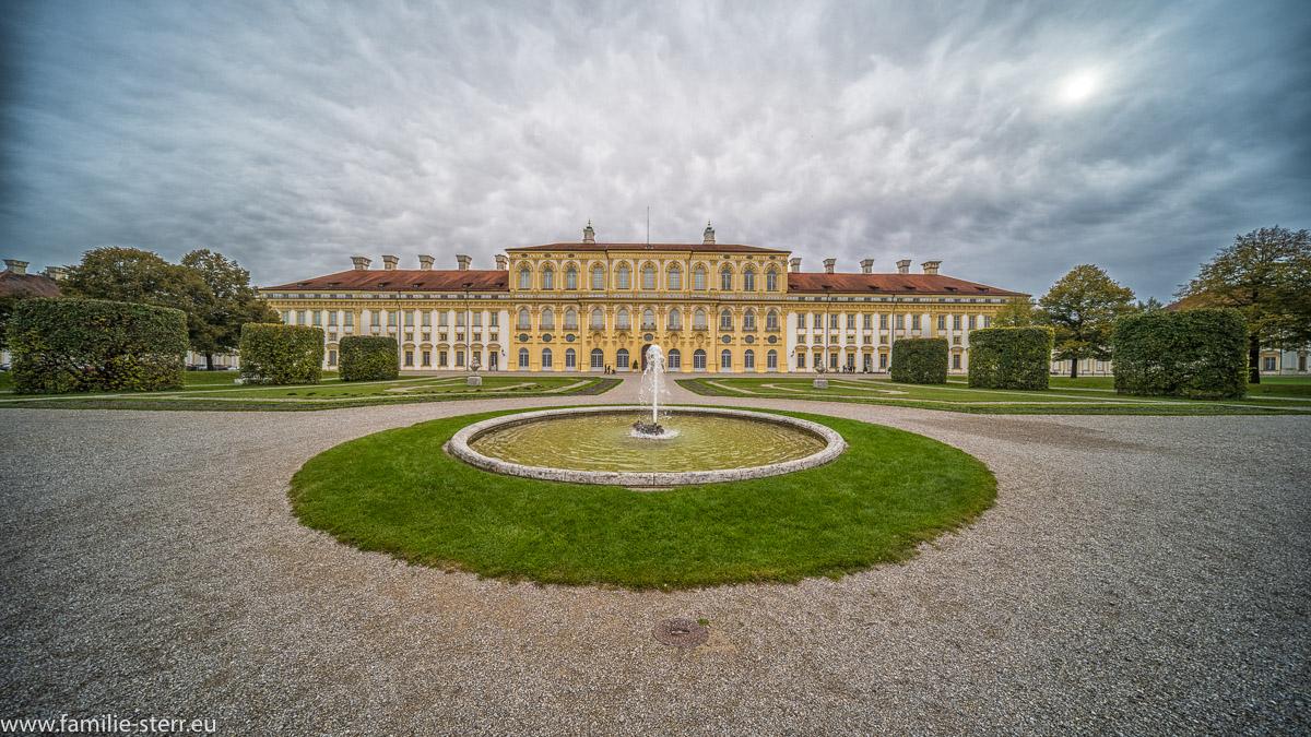 Blick auf die Westfassade des Neuen Schloss Pberschleyssheim vom Alten Schloss aus