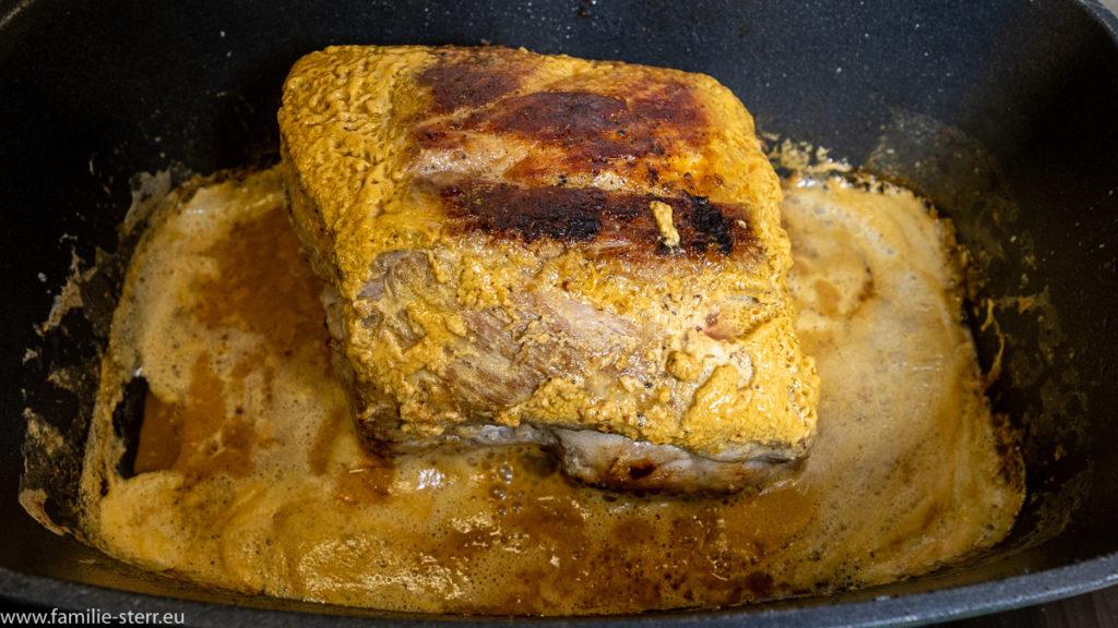 Schmorbraten in leicht brauner, aufkochender Milchsoße