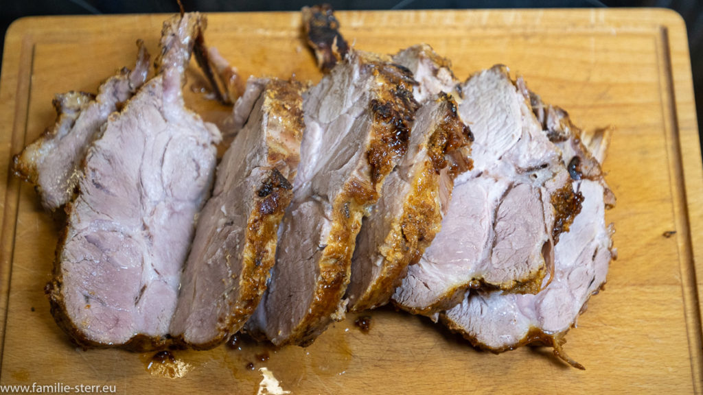 saftige Scheiben des ausgeschnittenen Schweinnackens, der nach Bologneser Art in Milch geschmort wurde