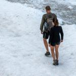 zwei Spaziergänger in kurzen Hosen auf dem Marmolada - Gletscher