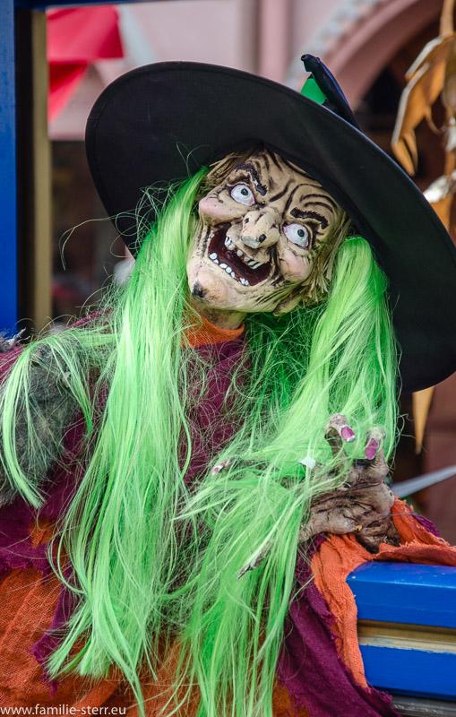 Hexe als Halloween - Dekoration im Europapark in Rust