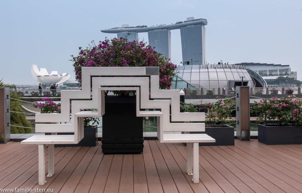 ungewöhnliche Sitzbank als Kunstwerk an der Marina Bay in Singapur