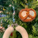 zwei Weißwürste und eine Breze als Glas - Christbaumschmuck für einen bayerisch geschmückten Christbaum